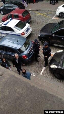 Policija, članovi Jevrejske opštine Beograd i pripadnici privatnog obezbeđenja ispred sedišta JOB-a, nakon lažne dojave o postavljenoj bombi u zgradi JOB-a, u Beogradu, 16. marta 2019. (Foto: Jovani Varon, JOB)