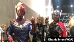 Para pengunjung mengenakan kostum dari karakter favorit mereka di ajang Comic-Con 2019 (Foto: VOA)