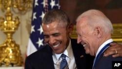 Arxiv fotosu - ABŞ-ın keçmiş prezidenti Barak Obama və keçmiş vitse-prezident Co Bayden Ağ Evdə, 12 yanvar, 2017.