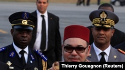 Le Roi Mohammed VI du Maroc arrivant à l'aéroport international Félix Houphouët Boigny d'Abidjan le 23 février 2014.