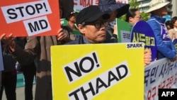 Manifestan sid-koreyen ki kont enstalasyon Batri Defans Anti-Misil Tèminal a Wot Altitid la (abreje anglè THAAD), nan peyi yo.