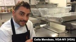 """El chef Jordi Roca, en la cocina de Cosme, sostiene una de sus creaciones para deleitar a los comensales del evento """"Cena México"""", parte del Festival de vino y comida de Nueva York."""