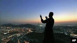 حج کے لیے مکہ پہنچنے والا ایک مسلمان غار حرا کے قریب دعا کے لیے ہاتھ اٹھائے ہوئے۔ 11 نومبر، 2010