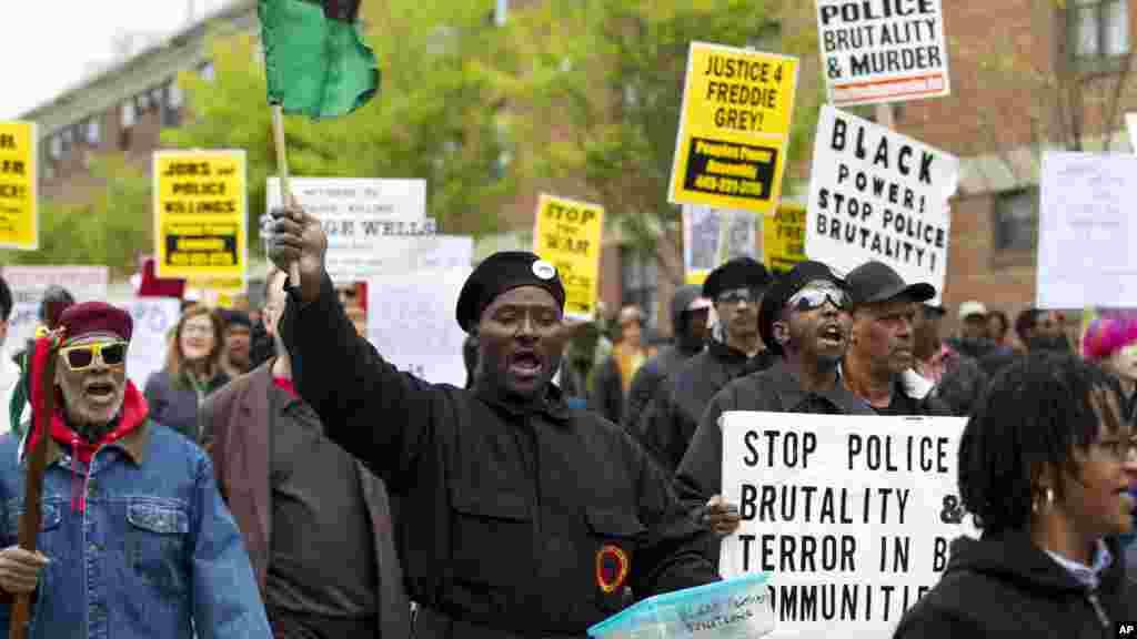 Para warga protes di jalanan ketika berdemonstrasi untuk Freddie Gray di balai kota Baltimore (25/4). (AP/Jose Luis Magana)