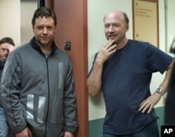 Russell Crowe, left, and Director/Sreenwriter/Producer Paul Haggis, right, on the set of THE NEXT THREE DAYS