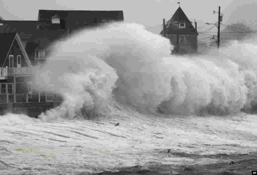 Valovi se razbijaju o grudobran i zgrade uz obalu u mjestu Hull, u Massachusettsu, 7. novembra 2012.