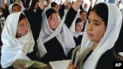 Para pelajar puteri Afghanistan belajar di sekolah di Kabul (foto: dok). Siswi Afghanistan sering menjadi target serangan kelompok militan Taliban.