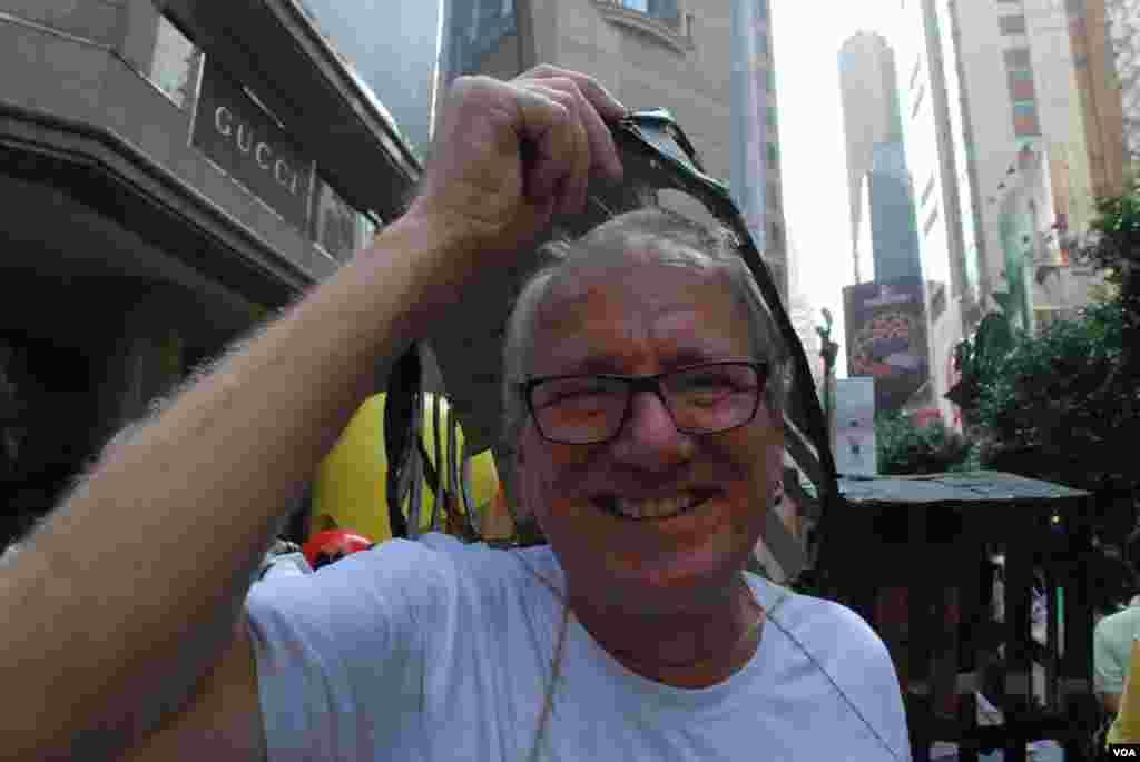 丹麥雕塑家高志活首次在香港參加十一遊行(美國之音湯惠芸)