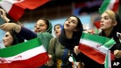 Des iraniennes lors d'une cérémonie d'adieu pour leur équipe nationale de football avant la Coupe du monde 2014 au Brésil, dans le complexe sportif Azadi à Téhéran, en Iran, 2 juin 2014.