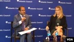 安雅•曼紐爾(右)在大西洋理事會舉辦的新書討論會上 (美國之音莫雨拍攝)