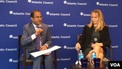 安雅·曼纽尔(右)在大西洋理事会举办的新书讨论会上 (美国之音莫雨拍摄)