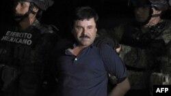 """Joaquin """"El Chapo"""" Guzman, chef du trafic des stupéfiants, est escorté dans un hélicoptère à l'aéroport de Mexico après avoir été repris lors d'une intense opération militaire à Los Mochis, dans l'État de Sinaloa, le 8 janvier 2016."""