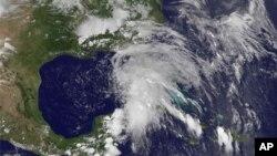 Fotografía distribuida por NASA/NOAA de la tormenta Andrea, la primera de la temporada del Atlántico, sobre Florida.