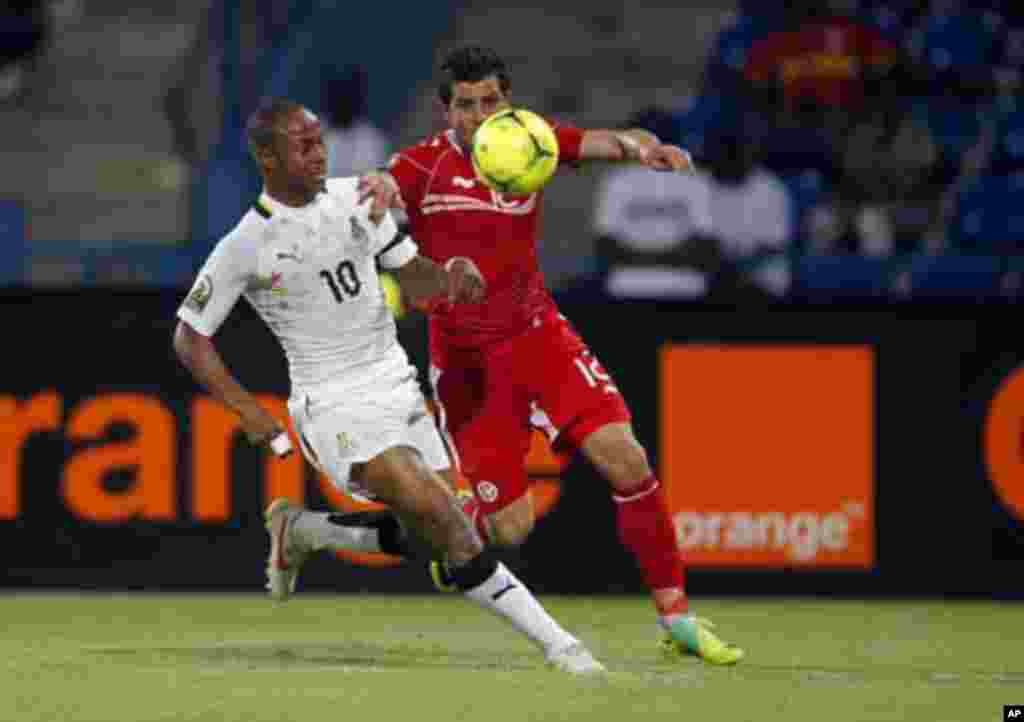 Ghana's Andre Ayew (L) challenges Tunisia's Khalil Chammem during their African Nations Cup quarter-final soccer match at Franceville stadium February 5, 2012.