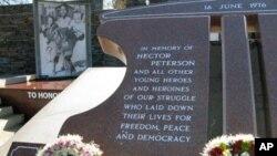 Durante a sua visita a Joanesburgo, Michelle Obama irá visitar o monumento a Hector Peterson, honrando a memória daquele jovem morto no Soweto durante as manifestações anti-apartheid de 1976 .