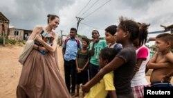 រូបឯកសារ៖ អ្នកស្រី Angelina Jolie ប្រេសិតពិសេសឧត្តមស្នងការអង្គការសហប្រជាជាតិទទួលបន្ទុកជនភៀសខ្លួន និយាយជាមួយមនុស្សរស់នៅក្រុង Riohacha ប្រទេសកូឡុំប៊ី កាលពីឆ្នាំ ២០១៩។