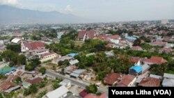 Landmark Kota Palu, Sulawesi Tengah di foto dari Kelurahan Birobuli Selatan, 9 Februari 2020. (Foto: VOA/Yoanes Litha)