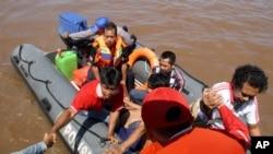 Tim SAR menyelamatkan korban kecelakaan kapal.