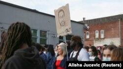 Orang-orang berbaris menjelang setahun peringatan George Flyod di tahanan polisi Minneapolis di Portland, Oregon, A.S. 22 Mei 2021. (Foto: REUTERS/Alisha Jucevic)