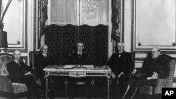 威尔逊总统(中)和参加巴黎和会的美国谈判代表