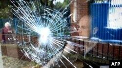 Окно в Белфасте разбитое в ходе беспорядков