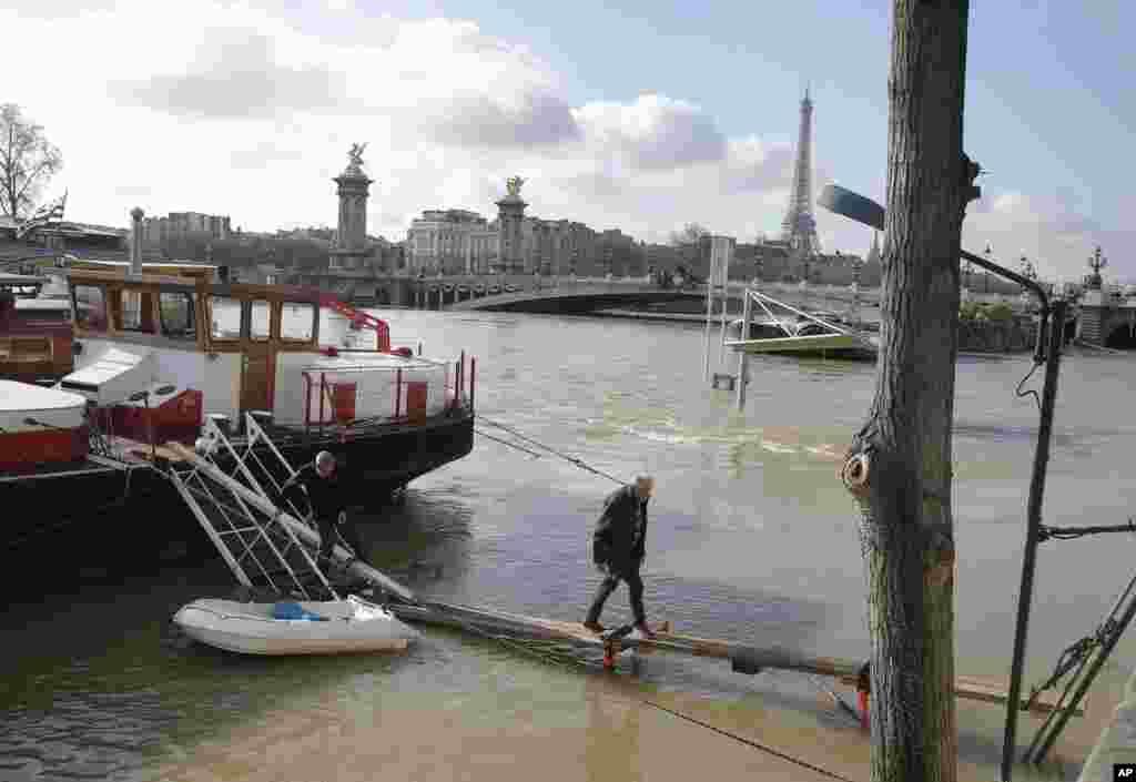 بالاآمدن آب رودخانه سن در پاریس فرانسه