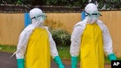 西非搬運死於伊波拉病毒屍體的工作人員﹐全身穿著保護衣物以免感染。