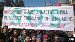 Надпись на плакате протестующих сирийцев: «Мир! Твое позорное бездействие порождает тысячи Бин Ладенов»