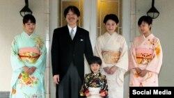 شاهزاده آکیشینو، همسرش کیکو با فرزندانشان کاکو(راست)، ماکو (چپ) و هیساهیتوی ده ساله