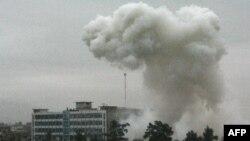 Prašina i dim dižu se posle napada Talibana na sedište policije u Kandaharu