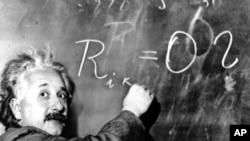 愛因斯坦博士在黑板上寫出銀河系的方程式(1931年1月14日)
