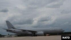 Prvi od šest džinovskih, višenamenskih Airbus-300 aviona za NATO sleteo je u Ajndhovenu u Holandiji, 1. juna 2020. (Foto: NATO)