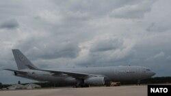 Prvi od šest džinovskih, višenamjenskih Airbus-300 aviona za NATO sletio je u Ajndhovenu u Holandiji, 1. juna 2020. (Foto: NATO)