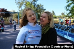 """Засновниця фундації Оленка Стеців Віллареаль разом із донькою Евою, яка надихнула її до створення майданчика і назвала його """"Чарівний міст"""""""