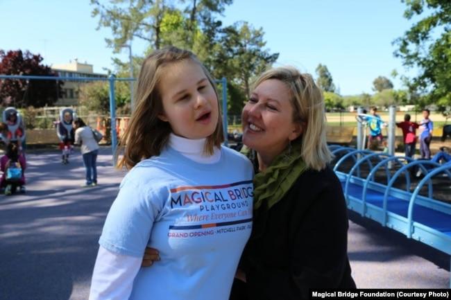 """Оленка Стеців Віллареаль разом із донькою Евою, яка надихнула її до створення майданчика і назвала його """"Чарівний міст"""" (Пало-Альто, Каліфорнія)"""