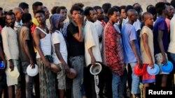 Pengungsi Ethiopia yang lari untuk menghindari bentrokan di Tigray, tampak antre untuk mendapatkan bantuan makanan di perbatasan Ethiopia dengan Sudan (19/11).