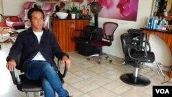 El estilista de origen vietnamita, Divo Le, es uno de los millones de afectados por el cierre de los negocios no escenciales en Estados Unidos.