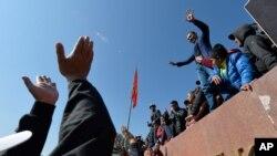7일 키르기스스탄 수도 비슈케크 중앙광장에서 총선 결과에 항의하는 반정부 시위가 계속됐다.
