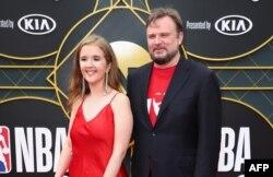 2019年6月24日休斯顿火箭队总经理达里尔·莫雷(Daryl Morey)和埃伦·莫雷(Ellen Morey)在加利福尼亚州圣莫尼卡参加2019NBA大奖颁发。