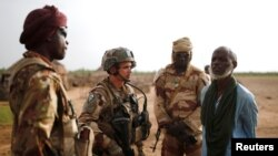 L'armée malienne (FAMa) et des soldats français (GTD) dans la région de Gourma dans le cadre de l'opération Barkhane à Ndaki, Mali, 29 juillet 2019.