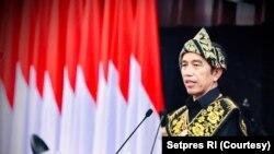 Berbaju adat khas Sabu dari NTT , Presiden Joko Widodo menyampaikan Pidato RUU APBN Tahun Anggaran 2021 dan Nota Keuangan , pada Rapat Paripurna Pembukaan Masa Persidangan I DPR-RI Tahun Sidang 2020 – 2021 di MPR/DPR RI, Senayan, Jakarta, Jumat (14/8). (S