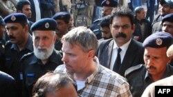 Пакистанська поліція веде Реймонда Дейвіса до суду в місті Лахор