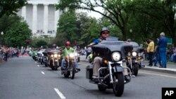 رژه موتورسواران به سوی گورستان ملی آرلینگتون در حومه واشنگتن دیسی