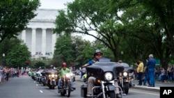 ក្រុមអ្នកជិះម៉ូតូជិះកាត់កន្លែងគោរពវិញ្ញាណក្ខន្ធ Lincoln Memorial ក្នុងខួបលើកទី៣០ នៃការដង្ហែក្បួន Ride for Freedom នៅក្នុងរដ្ឋធានីវ៉ាស៊ីនតោន កាលពីថ្ងៃទី២៨ ខែឧសភា ឆ្នាំ២០១៧។