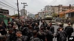 Soldados e polícias brasileiros congregam-se antes do lançamento de um assalto contra traficantes de droga do Rio de Janeiro
