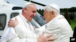 Paus Fransiskus berkunjung ke kediaman mantan Paus Benediktus XVI di Kastil Gandolfo hari Sabtu (23/3).