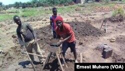 Des jeunes en train de fabriquer des briques écologiques, à Bukavu, Sud-Kivu, 2 janvier 2017. (VOA/ Ernest Muhero)