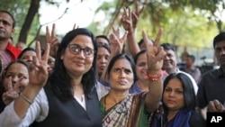 Asha Devi (tengah), ibu dari korban pemerkosaan beramai-ramai pada 2012, mengacungkan tanda kemenangan setelah pemerkosa anaknya dihukum gantung, di New Delhi, India, 20 Maret 2020. (Foto: AP)
