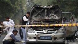 کارشناسان و ماموران امنیتی هند در دهلی نو، در حال بررسی صحنه انفجار و اتومبیل بمب گذاری شده سفارت اسرائیل