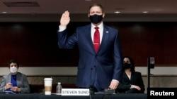 前美國國會警察局長桑德於2021年2月23日在參議院國土安全和政府事務委員會以及參議院規則和行政管理委員會就1月6日國會大廈遭到襲擊的事件舉行的聯合聽證會上宣誓。 (路透社)
